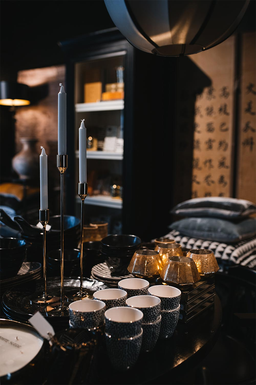 ljusstakar i mässing och keramik i butiken Atelier 42 i Trollhättan