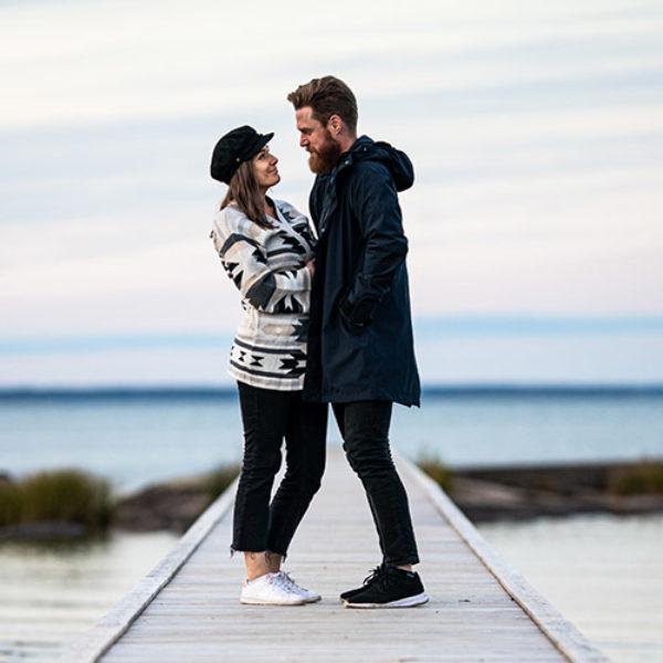 Johanna och Per på brygga vid sjö