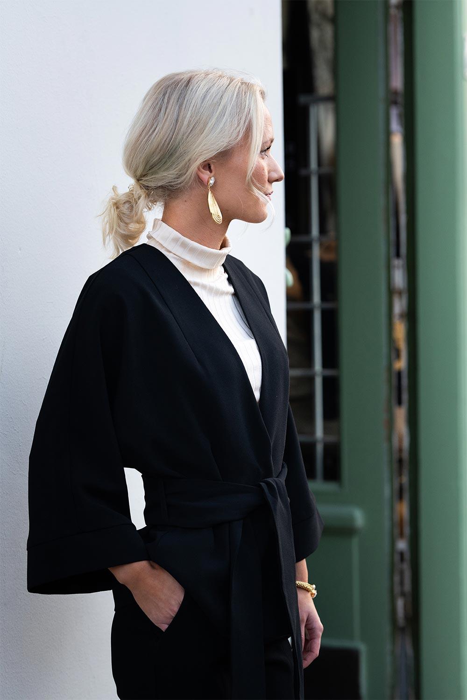Ida iklädd kimonojacka från Stylein framför entrén till butiken Atelier 42 i Trollhättan