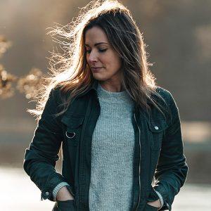 Johanna i stickad tröja och grön jacka vid slussområdet i Trollhättan
