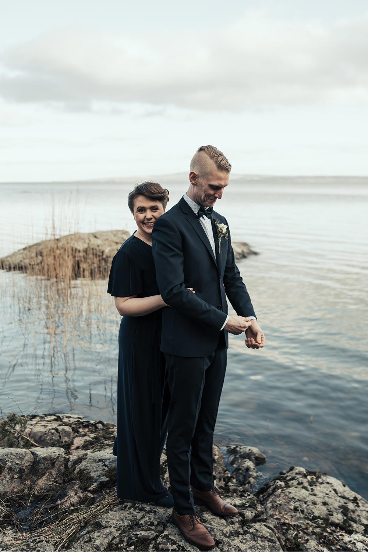 brudpar stående vid Vänerns strand