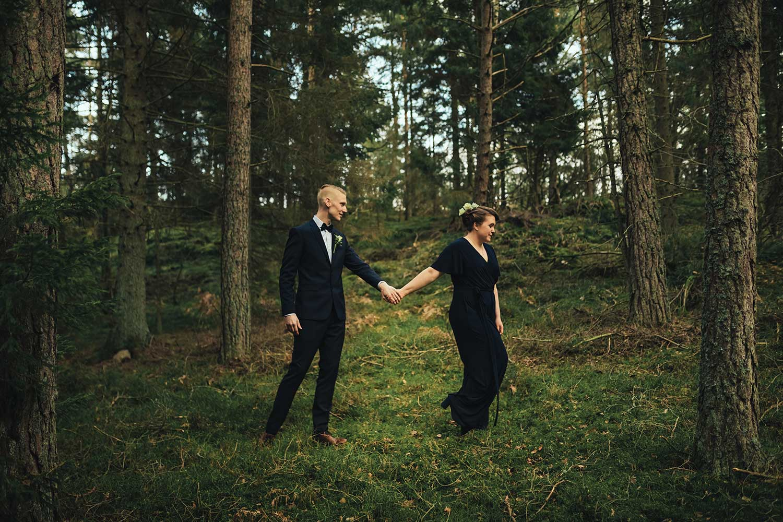 brudpar som går genom skogen