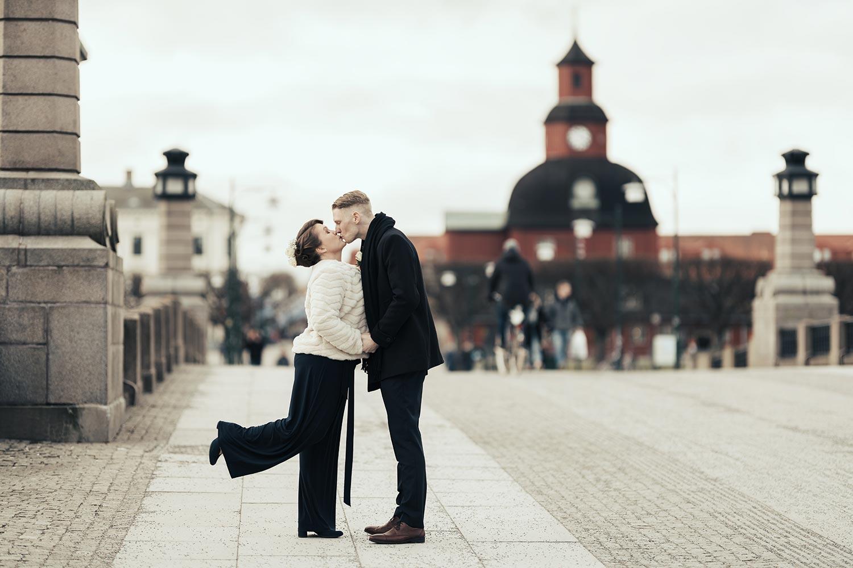 brudpar kyssandes framför Lidköpings rådhus